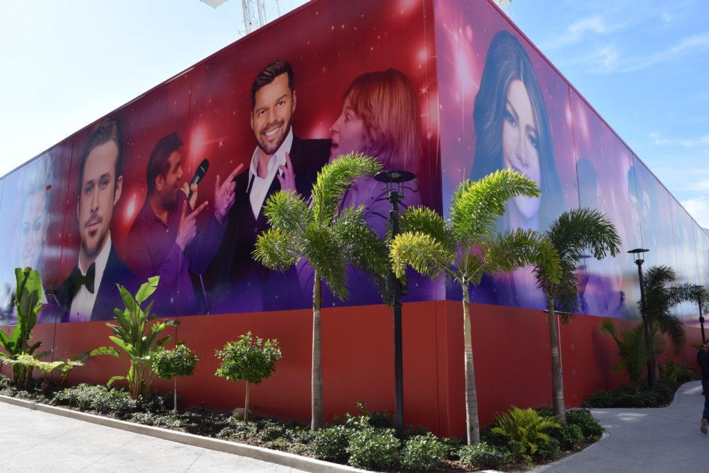 Painel do Madame Tussauds visto do estacionamento