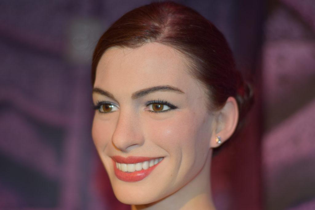 Anne Hathaway, nossa segunda estátua preferida. Que perfeição. Até os dentes são iguais!