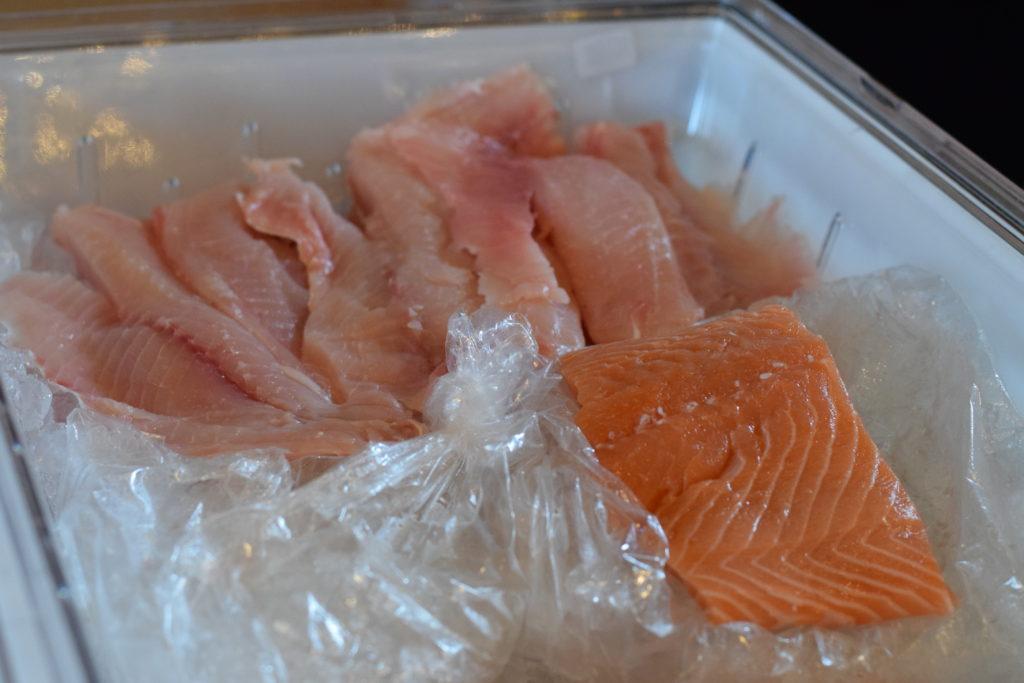 Se você estiver hospedado em uma casa alugada, que tal tirar um dia para comprar peixes frescos e fazer um delicioso almoço à beira da piscina?