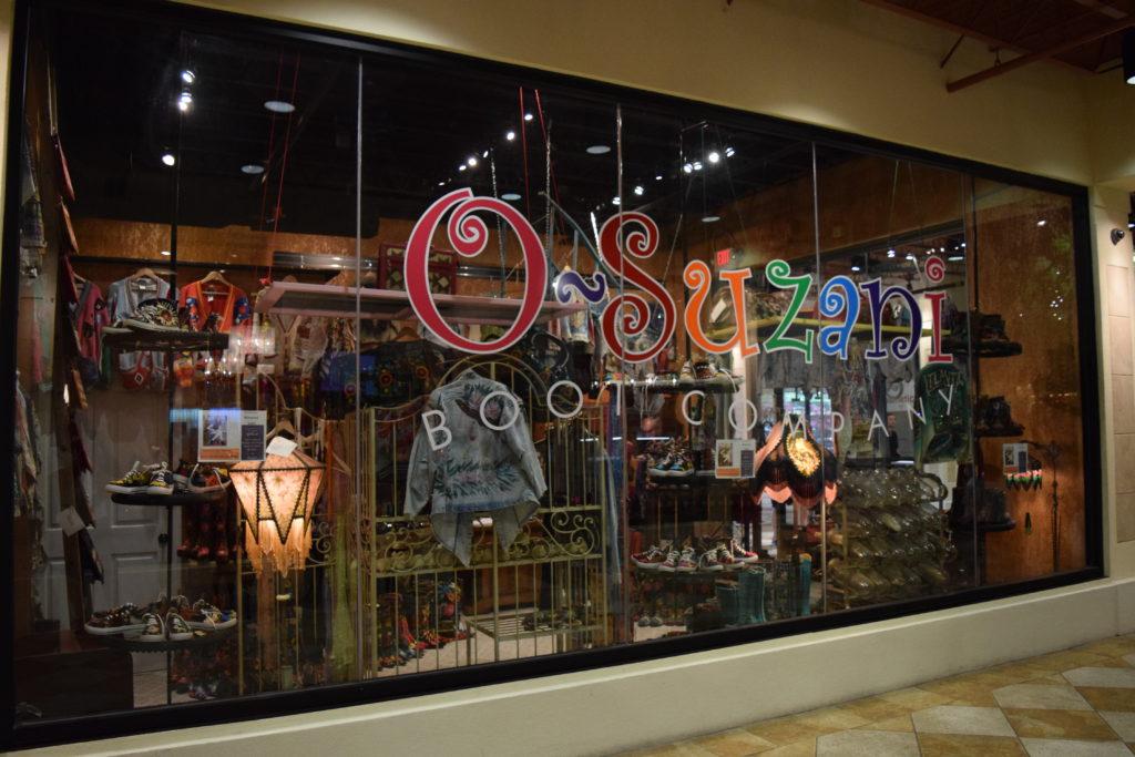 Loja que comercializa as botas de veludo e bordado. Fica na galeria do restaurante Paris Bistrô.