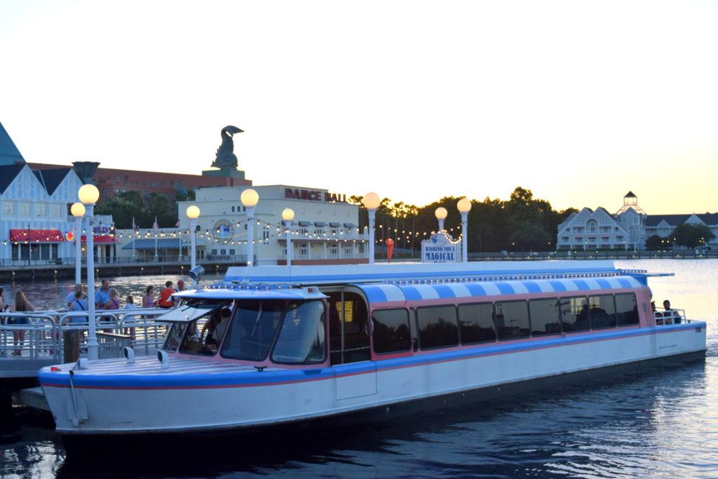 Barco que leva do Disney's Boardwalk para o Disney's Beach Club Resort.
