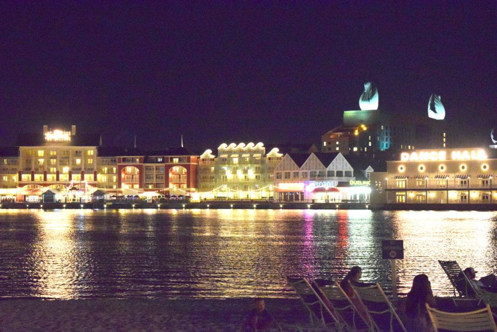 Estando na calçada do Beach Club Resort, você avistará o Disney's Boardwalk do outro lado do lago.