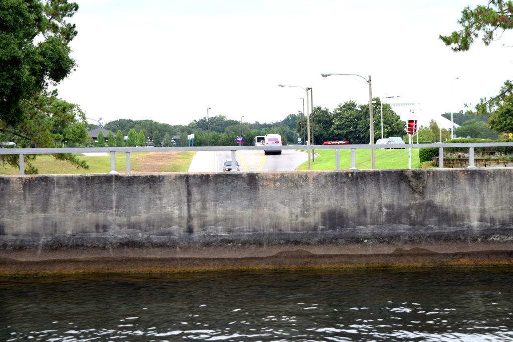 Ponte de água que dá acesso ao Disney's Contemporary Resort