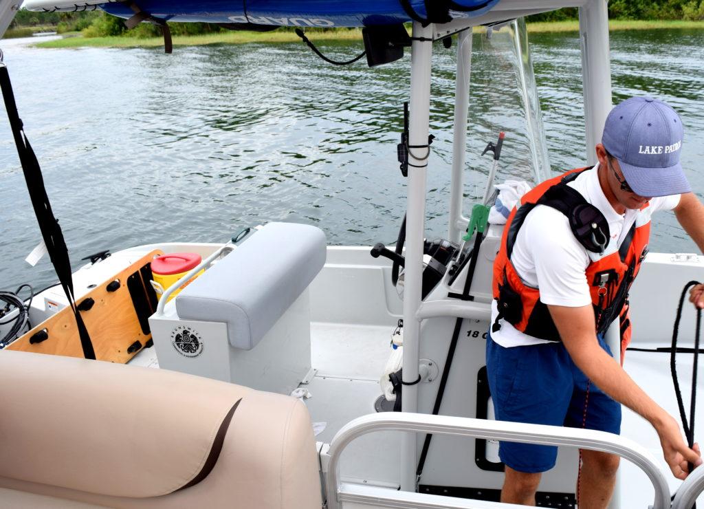 Cast Member se parando (amarrando seu barco nosso) para tirar fotos nossas - Tipo Photopass!