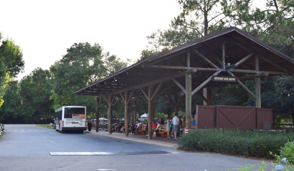 Ponto de ônibus, que fica bem em frente ao estacionamento.