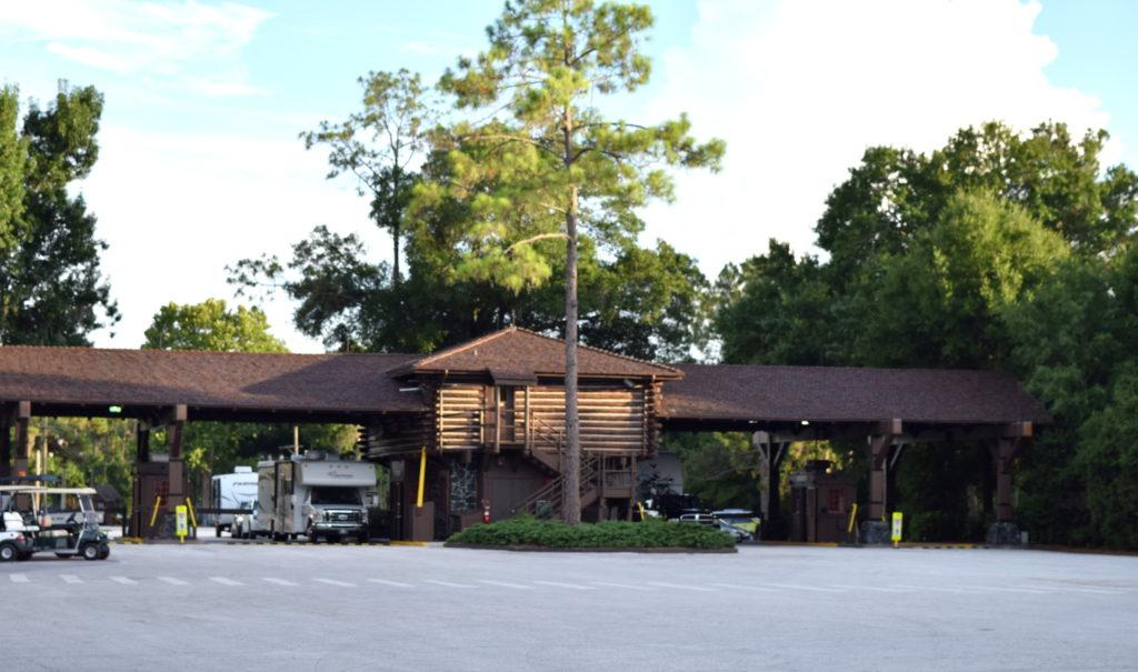 Fique atento ao entrar no hotel, pois há duas entradas: a que dá acesso ao estacionamento (para visitantes) e a específica para os trailers (hóspedes do hotel).
