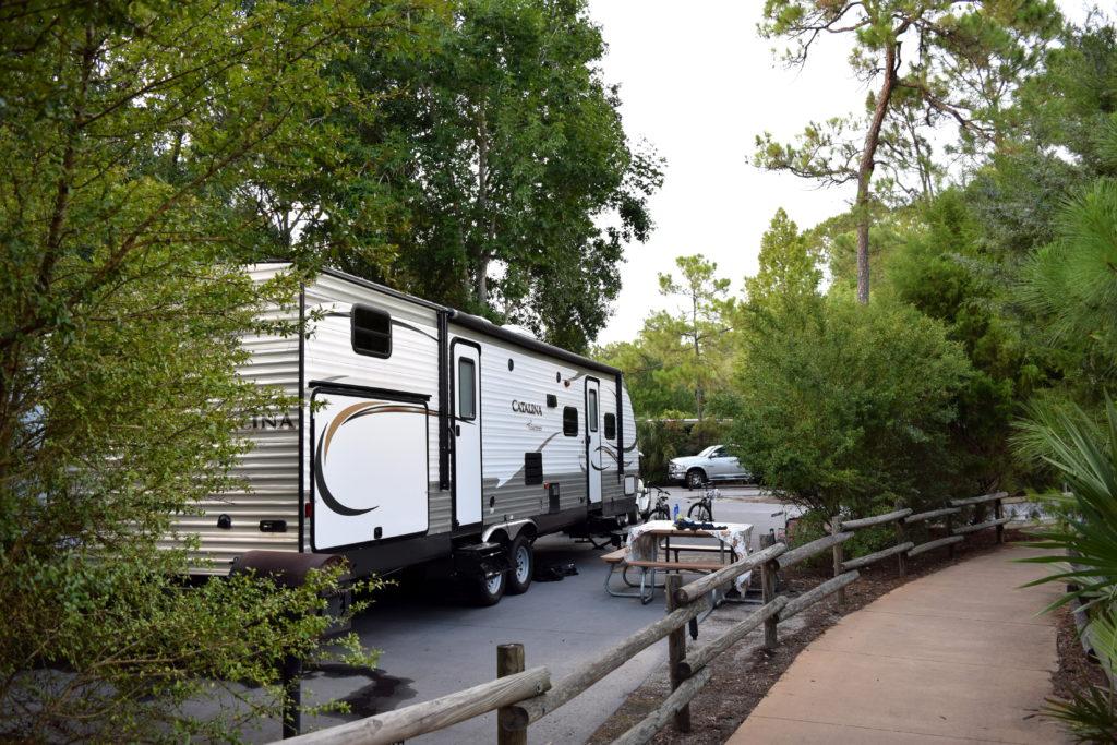 Caminho entre os trailers, que fica bem ao lado das placas indicativas , no local onde se desce do ônibus
