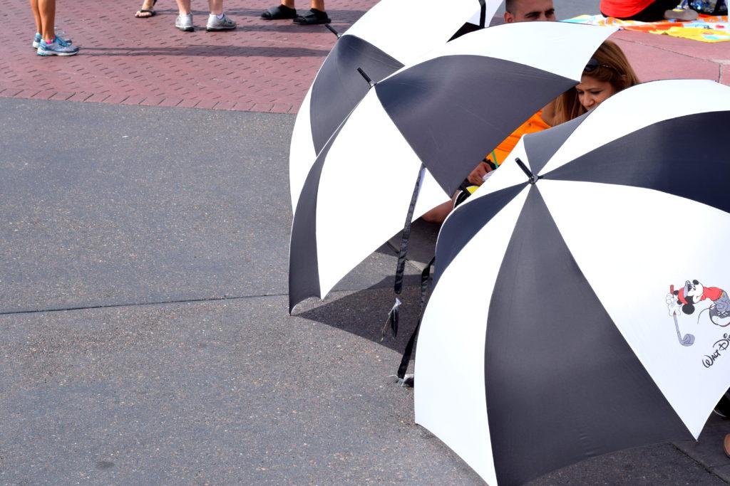 Todos se protegem do calor de quase 40 graus com guarda-chuva.