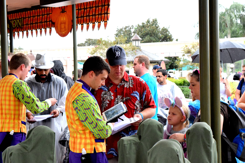 Visitante apresentando o voucher oficial da Disney na catraca.