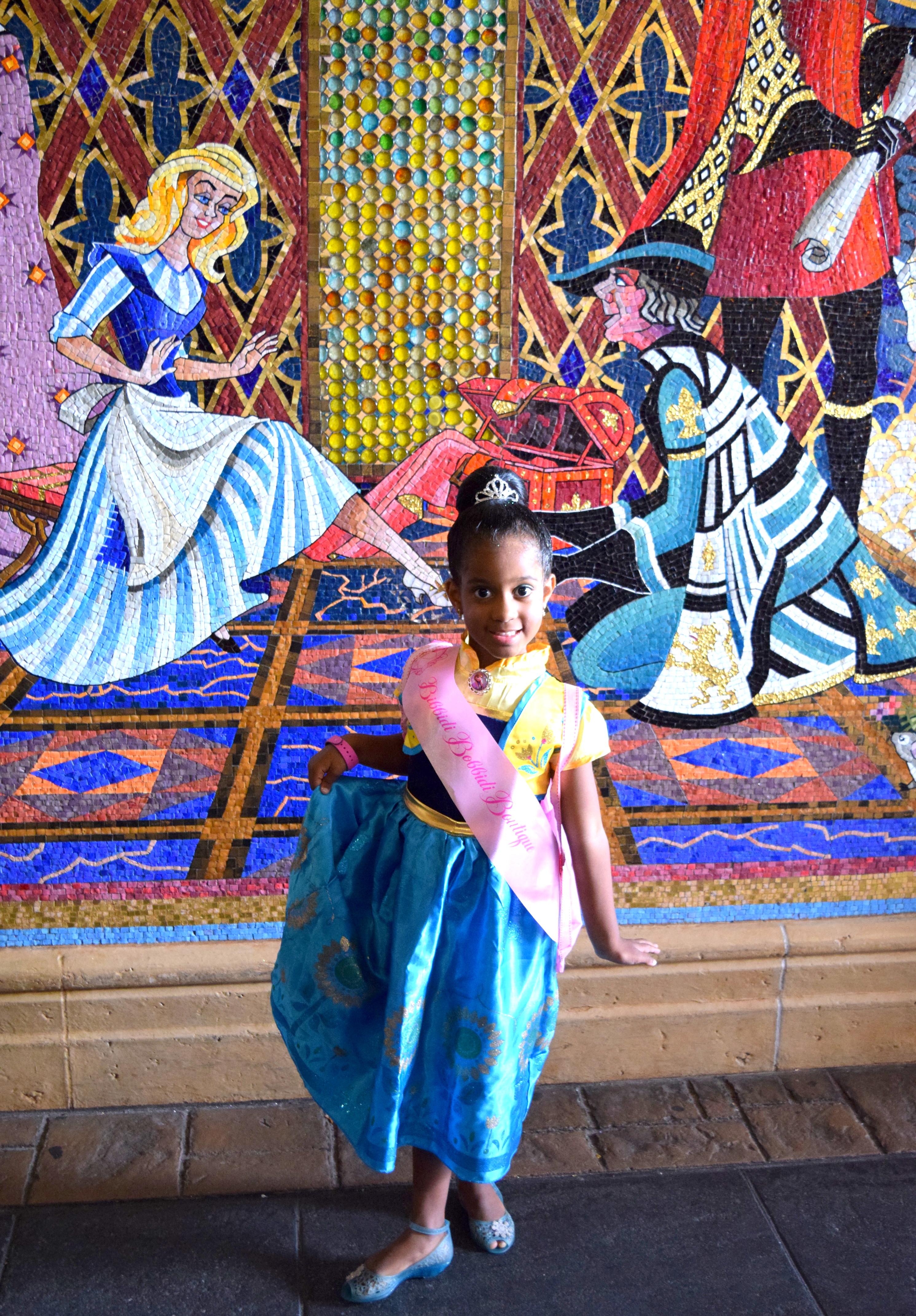 A parede de mosaicos do Castelo da Cinderela, ao lado da Boutique, pode ser um ótimo local para iniciar a sessão de fotos. ;)