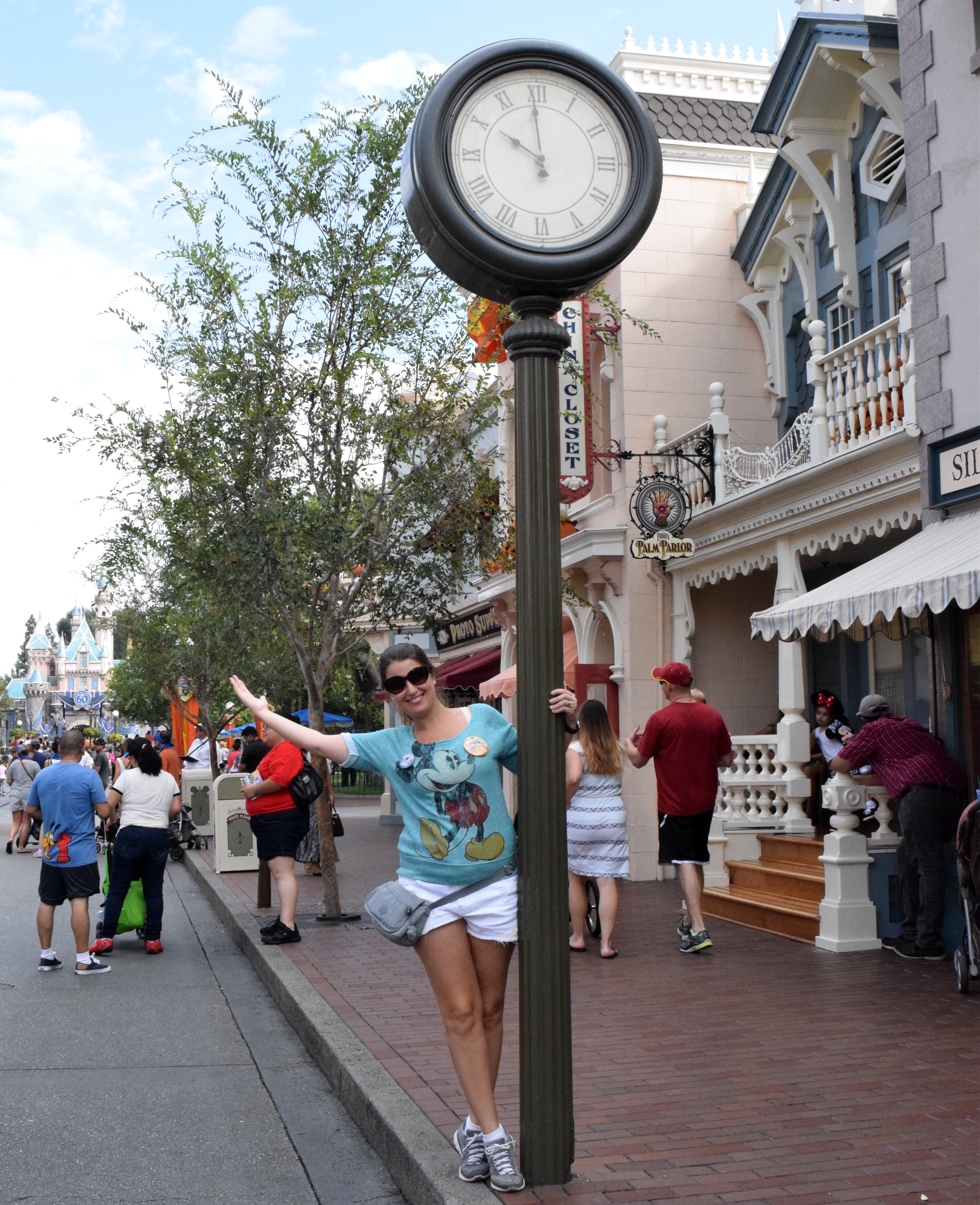 Relógio na Main Street USA, no parque Disneyland.