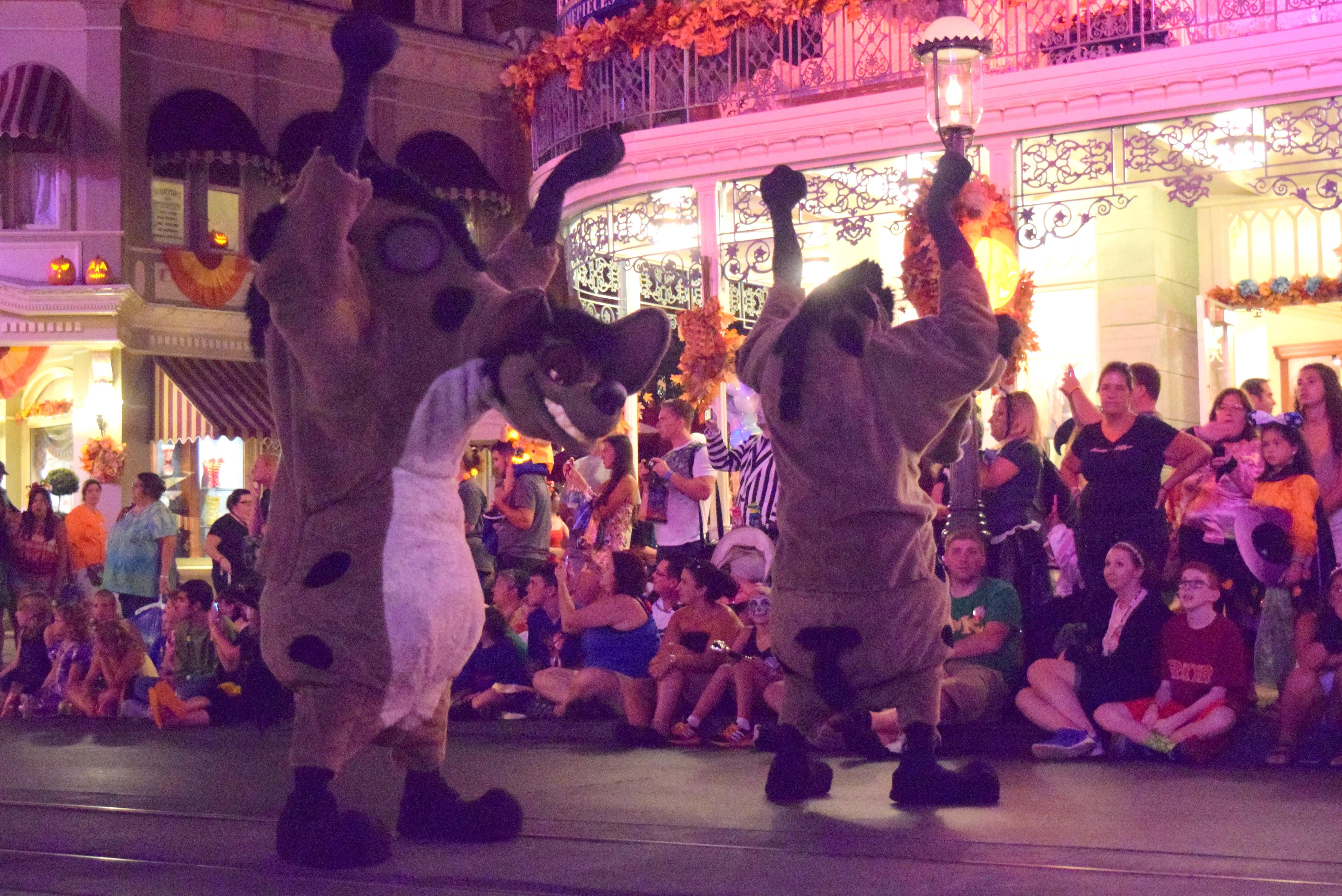 Até as hienas do filme O Rei Leão fazem parte da parada.