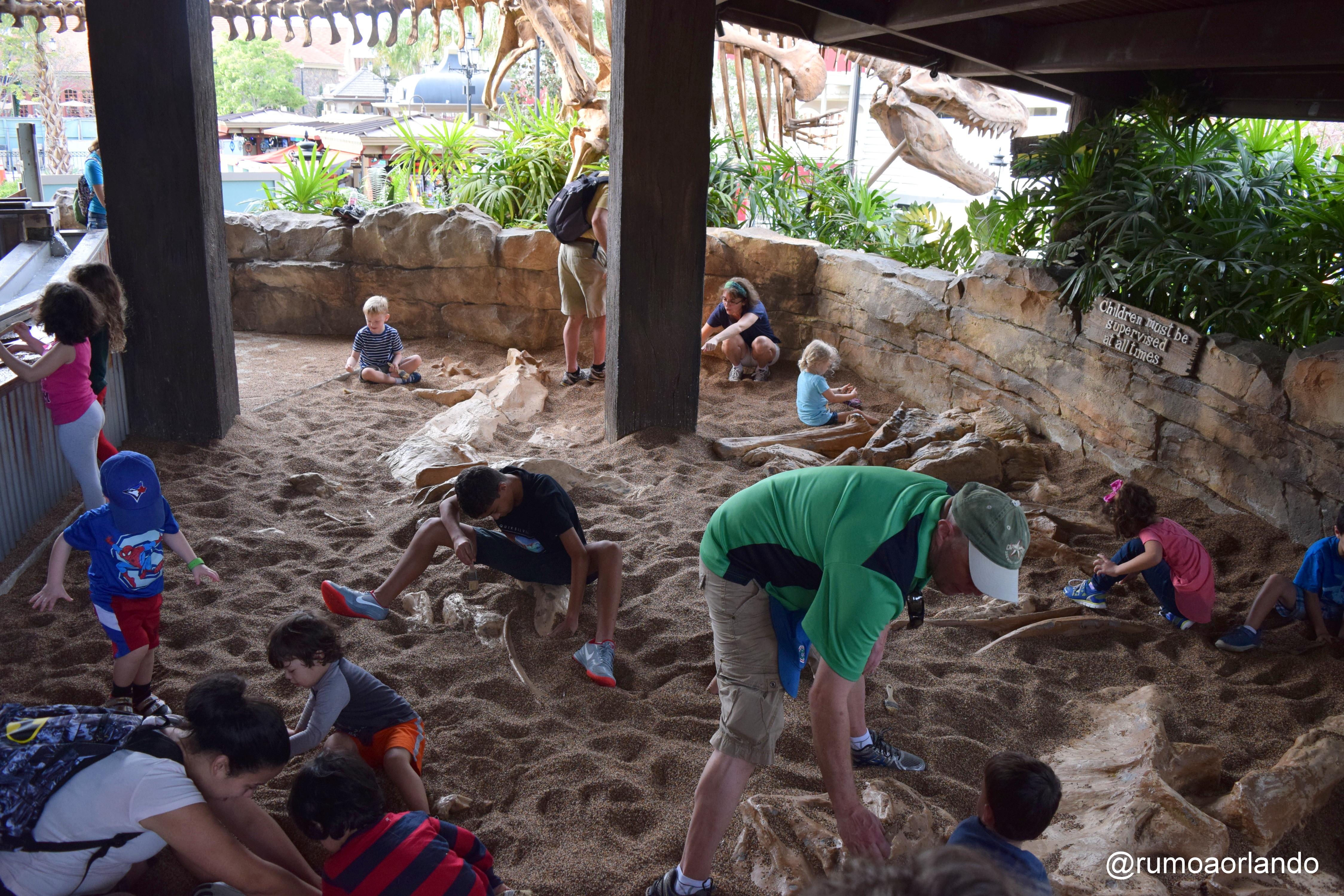 Esta é a área de espera do T-Rex, onde as crianças podem brincar de fazer escavações enquanto a mesa não está liberada.