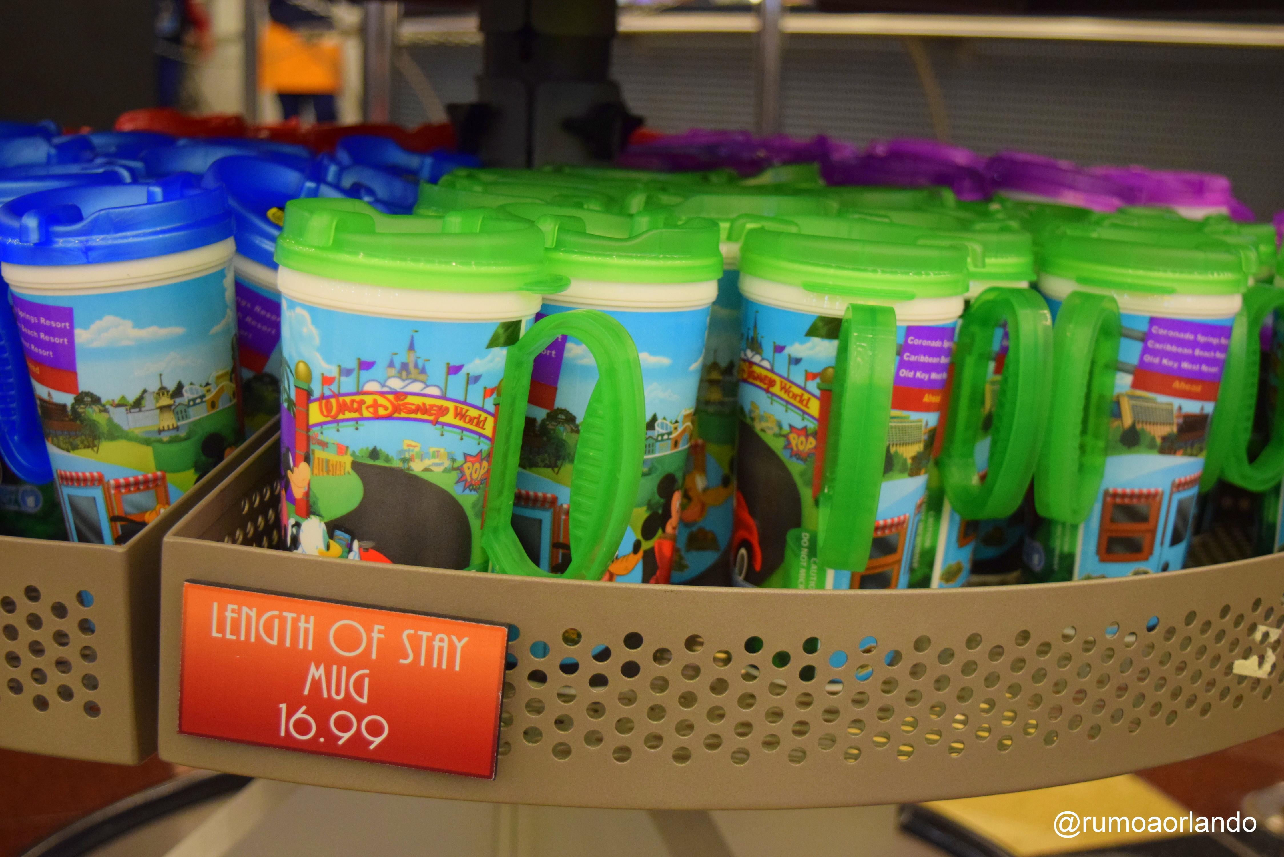 As Mugs são vendidas na praça de alimentação do hotel.
