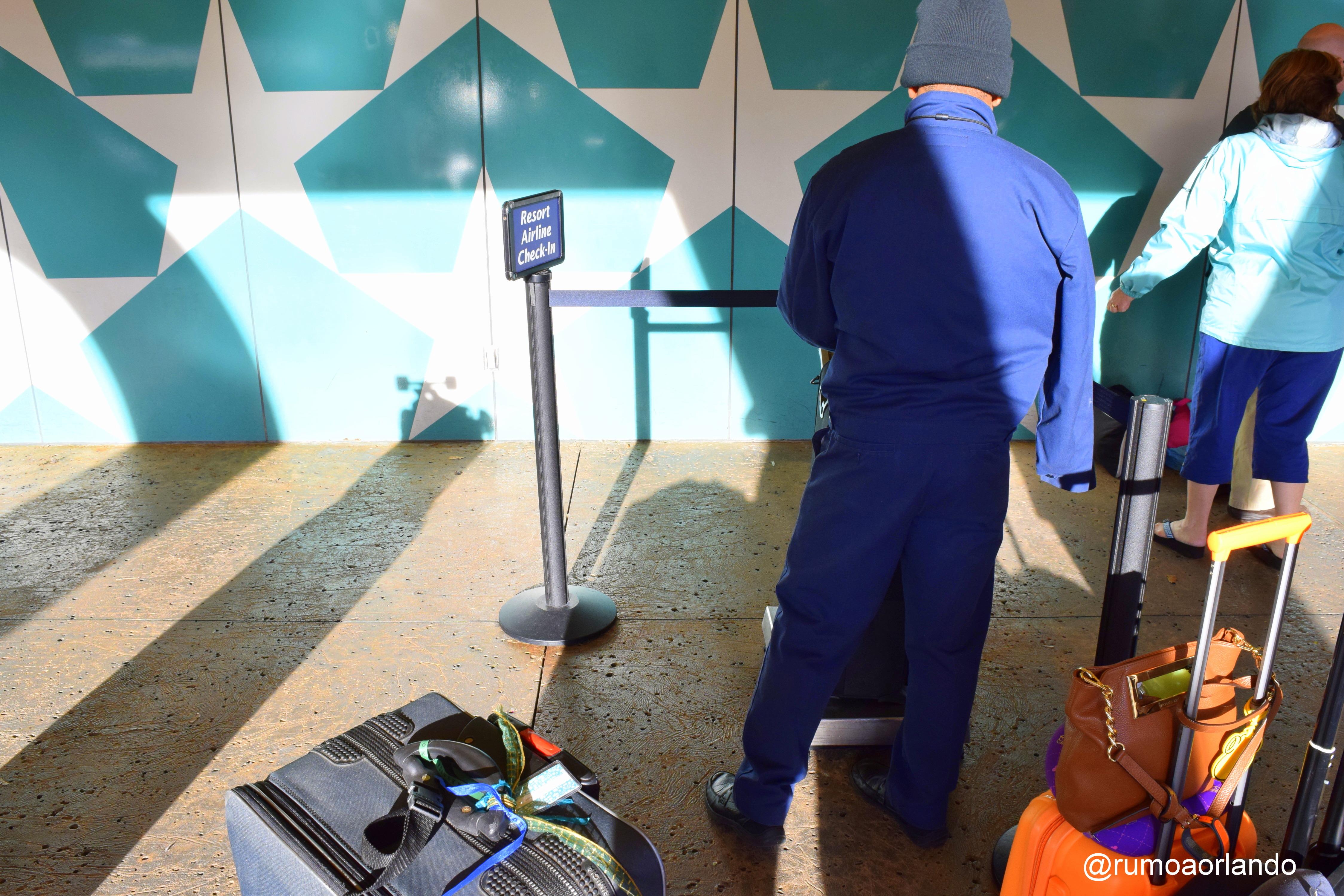 No hotel há um balcão específico para fazer a pesagem e despacho de malas diretamente para a Cia Aérea.