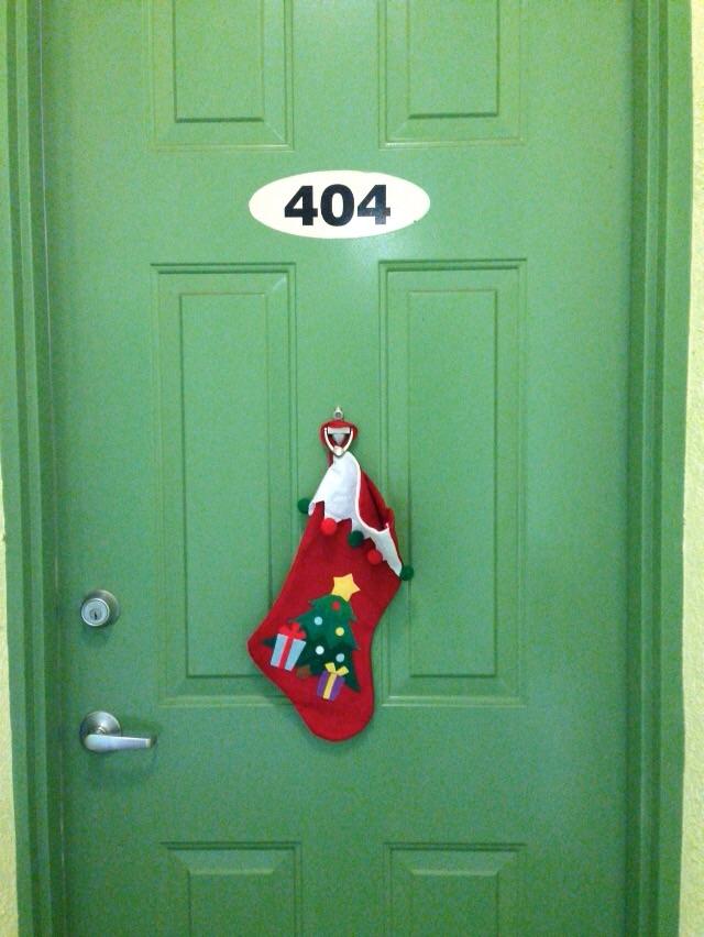 Essa é a tal botinha de Natal que falamos. Ela ficou aí na porta apenas uns 3 dias... Depois, paramos de preguiça e compramos uma guirlanda beeem bonita!