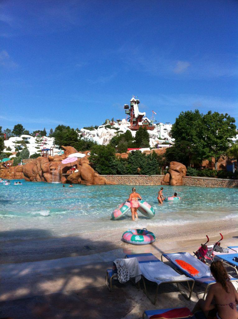 Os parques aquáticos também ficam cheios. Chegue cedo para conseguir encontrar lugar nas espreguiçadeiras - Julho 2007 às 09h.