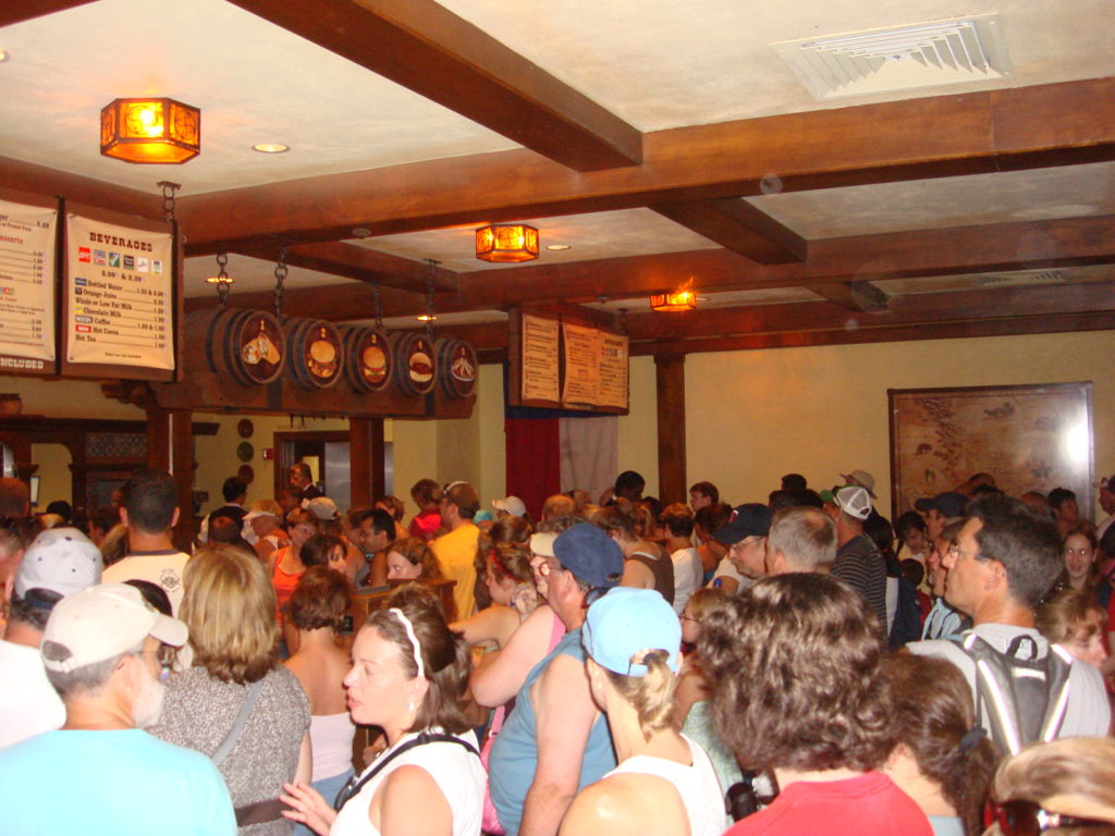 Fila para comprar o almoço no restaurante Pecos Bill Tall Tale Inn & Cafe, no Magic Kingdom - Julho 2007.