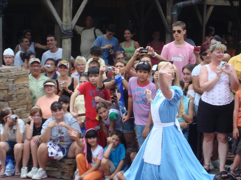 Visitantes se aglomerando para conseguir boas fotos na parada da tarde - Julho 2007.