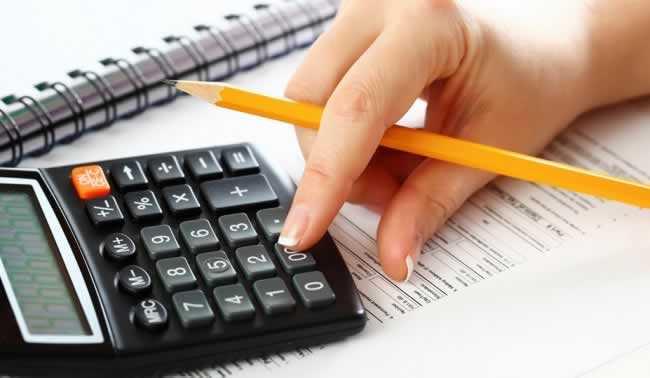 Fazendo-contas-na-calculadora