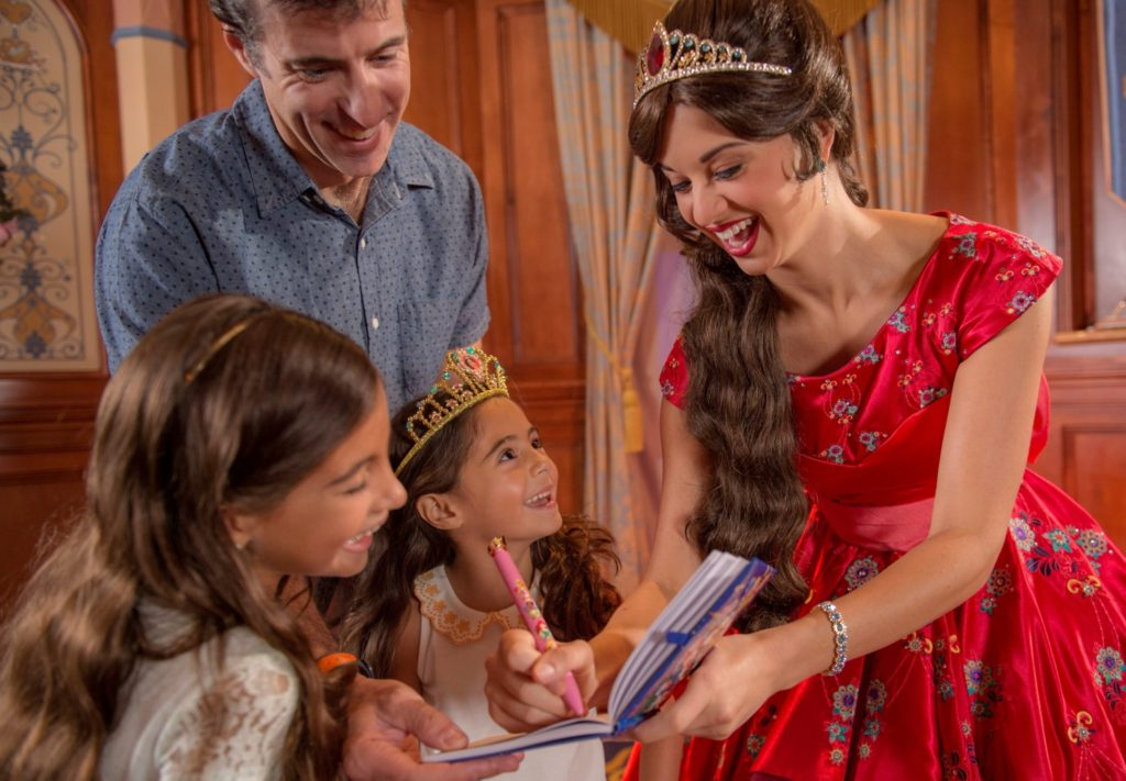 princesa-elena-de-avalor-recebe-os-visitantes-no-princess-fairytale-hall-no-magic-kingdom-credito-david-roark-1-1