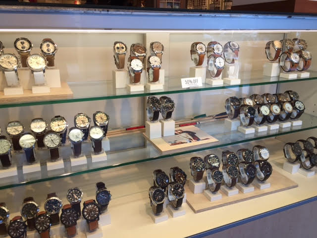 Se você está em busca de relógios, não deixe de passar nesta loja. Além  disso, ela oferece acessórios, como carteiras de couro, bolsas e óculos de  sol. 2cf764bcb7