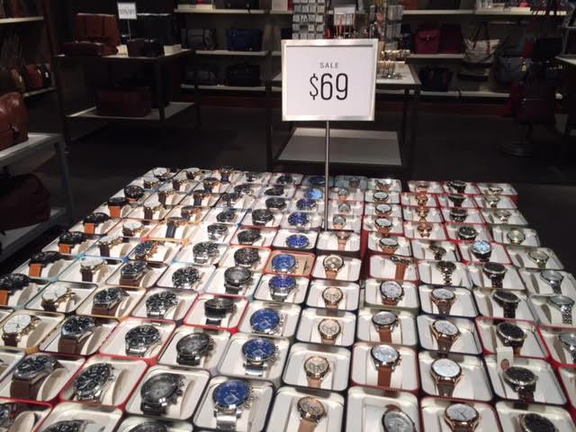 """Ficam duas """"bandejas"""" com relógios da marca Fossil, mas também de outras,  como Armani, Adidas, Michael Kors, dentre outras. Todos em promoção e,  acreditem, ... 43195a7a22"""